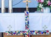 Kreuz, Kerze, Altar