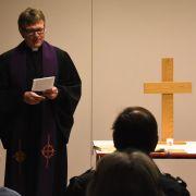 Pastor Ackermann Andacht im DLRG-Heim