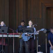 Jugendband von den Baptisten begleitet die Lieder