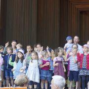 Kinder singen ihr Lied aus dem Kindergottesdienst