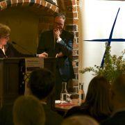 Superintendentin Schmidt dankt dem Referenten und schließt den Abend mit einem Friedensgebet für Europa ab.