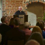 Dechant Menges von St. Marien eröffnet den Abend mit Begrüßung der Gäste und des Referenten im Namen der ACK-Lüneburg, der katholischen und evangelischen Kirchengemeinden.